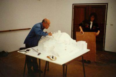 Dani Karavan treballant en la maqueta del Memorial