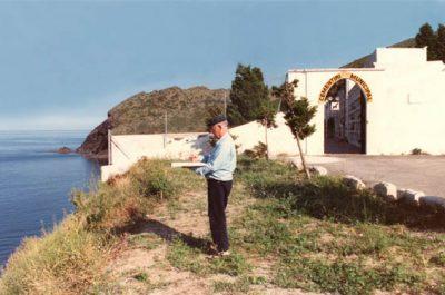 Dani Karavan a Portbou treballant en el Memorial Passatges 04