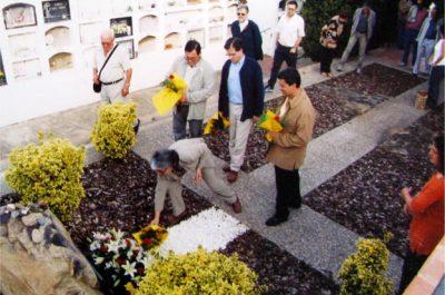 M. Mercè Roca, diputada al Parlament de Catalunya i filla de Portbou, a la tomba de Benjamin, 2003