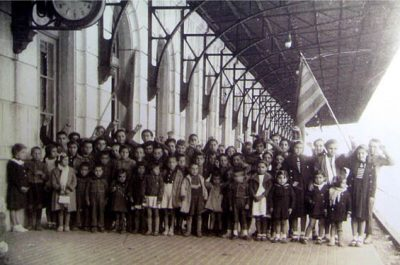 Grup de nens enviats a Casablanca durant la Guerra, 1938. De Portbou, n'hi havia 12. Sortien en tren cap a Port-Vendres.