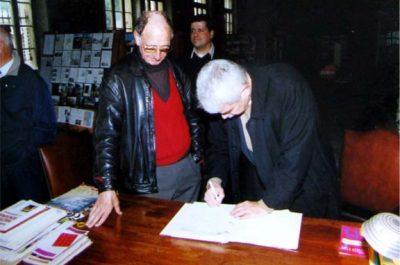 El President de la Generalitat de Catalunya, Pasqual Maragall, visitant el Memorial Karavan, 2002