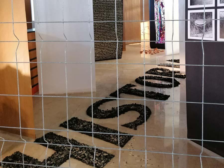 """Exposició """"Paisatges desitjats""""  a la sala de duanes de l'estació de Portbou."""