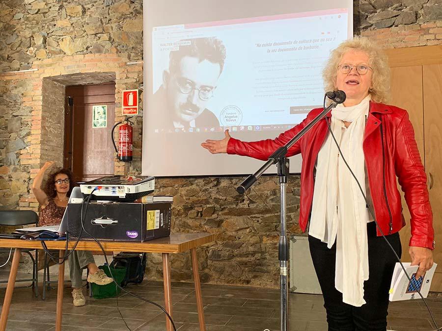 Presentació del llibre Walter Benjamin & Bertolt Brecht: trobada a Portbou / rencontre à Portbou. Casa Walter Benjamin, amb Maria Maïlat, l'autora.