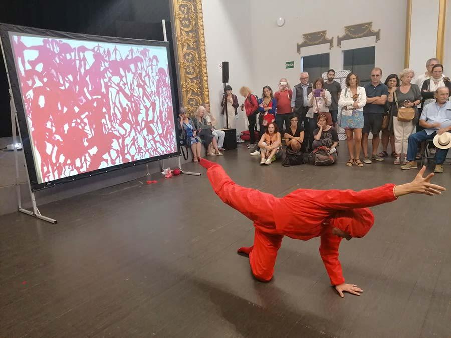"""Sala La Congesta, performance dansa de Yael Karavan, """"Living threads"""" (llaços de solidaritat)."""